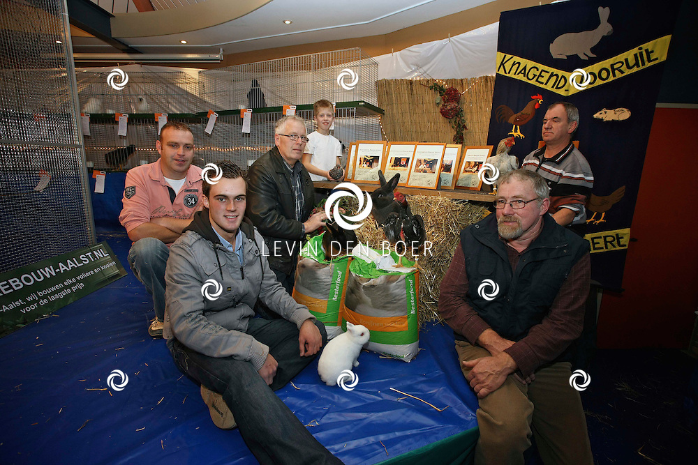 NEDERHEMERT - De winnaars van clubshow pluimveevereniging Knagend Vooruit in dorpshuis De Gaarde. FOTO LEVIN DEN BOER / PERSFOTO.NU