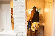 Gemeenchappelijke wasruimtes. Sinds 2011 wonen 150 Afrikaanse migranten in een voormalige fabriek in de Parijse voorstand Montreuil, omdat ze illegaal in Frankrijk verblijven, kunnen ze geen woonruimte huren. In het 450 m2 grote pand wonen jonge mannen uit Malië, Ivoorkust, Bukina Faso, Niger.