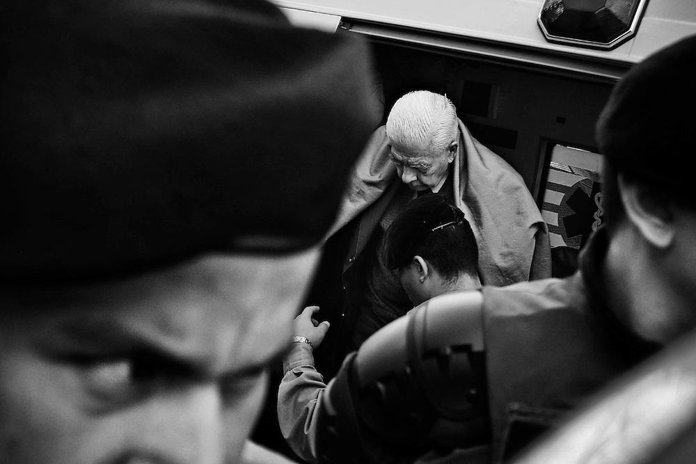 T&iacute;tulo: Juicio &quot;Jefatura de Polic&iacute;a&quot;<br /> <br /> Resumen: En el transcurso de 5 meses se desarroll&oacute; en Tucum&aacute;n, el juicio por violaciones a los derechos humanos y torturas cometidos en la ex Jefatura de Polic&iacute;a, durante la &uacute;ltima dictadura militar de Argentina en la d&eacute;cada del 70. <br /> El ex jefe del Tercer Cuerpo de Ej&eacute;rcito, Luciano Benjam&iacute;n Men&eacute;ndez, fue condenado a prisi&oacute;n perpetua e inhabilitaci&oacute;n absoluta y perpetua el 8 de Julio; tambi&eacute;n fueron condenados el ex jefe de inteligencia de la polic&iacute;a tucumana, Roberto Heriberto Albornoz, y los ex polic&iacute;as Luis y Carlos De C&aacute;ndido. <br /> Los cuatro represores fueron juzgados y condenados por la muerte y desaparici&oacute;n de 22 personas en el centro clandestino de detenci&oacute;n &ldquo;Jefatura de Polic&iacute;a&rdquo;. <br /> En esta causa tambi&eacute;n estaban procesados Antonio Domingo Bussi, ex jefe de la 5&ordf; Brigada del Ej&eacute;rcito Argentino, con sede en San Miguel de Tucum&aacute;n, y gobernador de facto entre diciembre de 1975 y diciembre de 1977, luego excluido del juicio por razones de salud, y los  represores Mario Albino Zimmerman y Alberto Luis Catt&aacute;neo, quienes fallecieron mientras se desarrollaba el debate.<br /> Esta fue la tercera de cinco condenas perpetuas que afronta Men&eacute;ndez.<br /> <br /> Tucum&aacute;n. Argentina. Junio 01 / 2010<br /> Luciano Bejam&iacute;n Men&eacute;ndez llega al Tribunal Oral en lo Criminal Federal de la provincia, donde se lo juzga por delitos de lesa humanidad cometidos en la ex Jefatura de Polic&iacute;a, durante la &uacute;ltima dictadura militar.