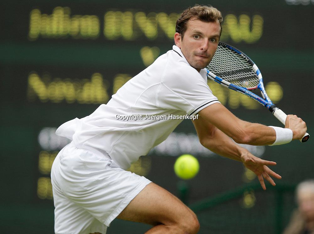 Wimbledon 2009,Sport, Tennis, ITF Grand Slam Tournament,  .Julien Benneteau (FRA).Foto: Juergen Hasenkopf. Rueckhand,backhand,Hochformat,vertical, Aktion,action,....