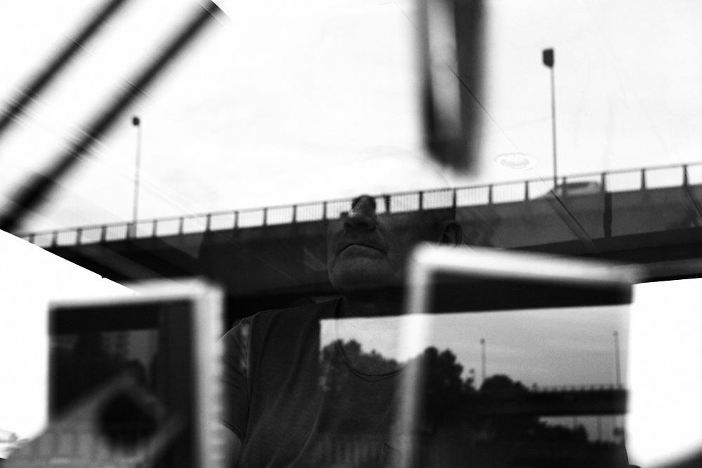 Jean-Michel Tirache conduisant sa péniche Fabiola sous un pont. Il a commencé le métier à 14 ans.