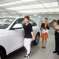 CHENGDU, 10/17/2012 :  Geschaeftsfrau Yang Xi, 37, posiert fuer ein obligatorisches Kundenfoto.