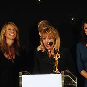 NLD/Bussum/20051212 - Uitreiking Gouden Beelden 2005, Peter Römer reikt beeld uit voor Drama aan Gooische Vrouwen