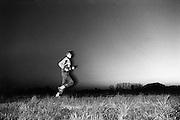 Nederland, Achterhoek, 1991Deelnemer aan de batavierenrace, een estafette loopwedstrijd tussen Nijmegen en Enschede, loopt de ochtend tegemoetFoto: Flip Franssen/Hollandse Hoogte