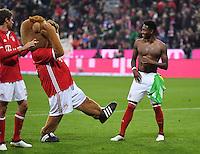 Fussball  1. Bundesliga  Saison 2016/2017  8. Spieltag  FC Bayern Muenchen - Borussia Moenchengladbach        22.10.2016 Schlussjubel FC Bayern Muenchen; Maskottchen Berni (Mitte) mit David Alaba  (re)