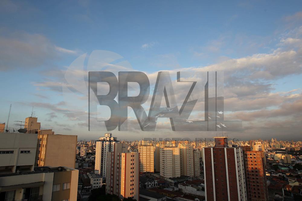 S&Atilde;O PAULO, SP, 05/03/2012, CLIMA TEMPO, LUIZ GUARNIERI/ BRAZIL PHOTO PRESS.<br /> <br /> O clima seco favorece a r&aacute;pida eleva&ccedil;&atilde;o da temperatura na capital paulista, hoje a previs&atilde;o &eacute; que os termometros cheguem aos 30&ordm;C.<br /> <br /> Luiz Guarnieri/ Brazil Photo Press.