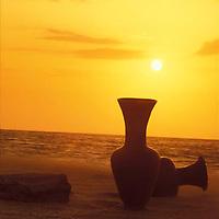 Jarrones de arcilla en la playa al atardecer, Peninsula de Araya, Edo, Sucre, Venezuela.