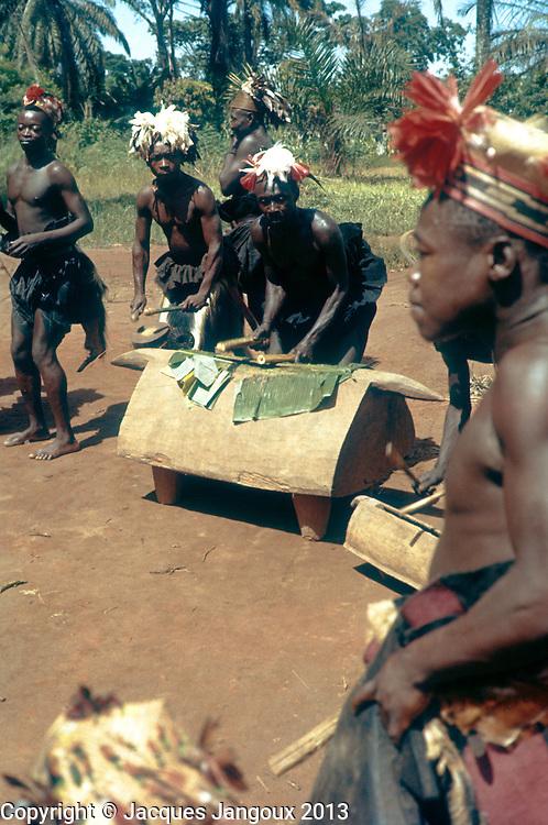 Festivities to celebrate the independence of the Congo, June 30, 1960 at Ikela in Central Congo. The Belgian Congo became the Republic of the Congo, later Zaire, and now Democratic Republic of the Congo.<br /> Festiivit&eacute;s pour c&eacute;l&eacute;brer l&acute;ind&eacute;pendance du Congo le 30 juin 1960 &agrave; Ikela au Congo Central. Le Congo Belge devint la R&eacute;publique du Congo, ensuite Zaire, et maintenant R&eacute;publique D&eacute;mocratique du Congo: Musiciens Mangbetu provenant du nord-est du Congo jouant des tambours &agrave; fente.