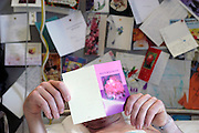 Nederland, Nijmegen, 18-6-2003..Patient in ziekenhuisbed leest kaartje met beterschapswens. kosten gezondheidszorg, ziekenfonds, ziekte, langdurig ziek, wao..Foto: Flip Franssen