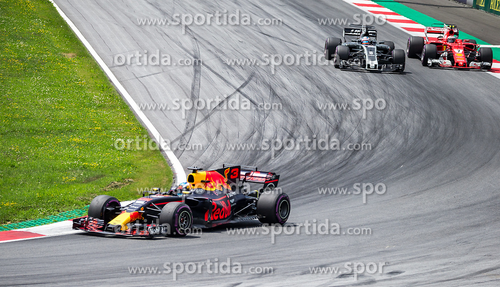 09.07.2017, Red Bull Ring, Spielberg, AUT, FIA, Formel 1, Grosser Preis von Österreich, Rennen, im Bild v.l.: Daniel Ricciardo (AUS) Red Bull Racing, Romain Grosjean (FRA) Haas F1 Team, Kimi Raeikkoenen (FIN) Scuderia Ferrari // f.l.: Australian Formula One drive Daniel Ricciardo of Red Bull Racing French Formula One driver Romain Grosjean of Haas F1 Team Finnish Formula One driver Kimi Raeikkoenen of Scuderia Ferrar during the Race of the Austrian FIA Formula One Grand Prix at the Red Bull Ring in Spielberg, Austria on 2017/07/09. EXPA Pictures © 2017, PhotoCredit: EXPA/ Dominik Angerer