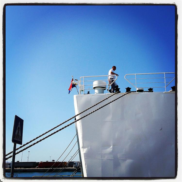 Schiffsarbeiter auf Faehrschiff, Schiff an Mole angelegt, Split, Kroatien