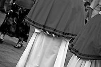 Lecce - Festeggiamenti in onore di Sant'Oronzo, San Giusto e San Fortunato. I componenti di una confraternita (che accompagnerà la processione delle statue dei santi) attende l'inizio della cerimonia in Piazza Duomo.