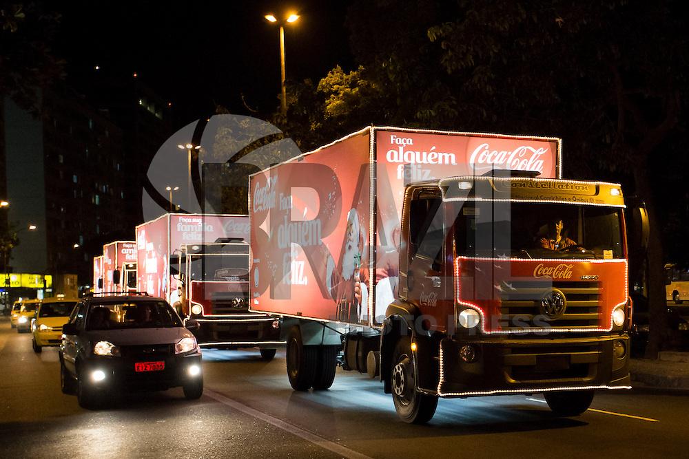 RIO DE JANEIRO, RJ, 10.12.2014 - CARAVANA DE NATAL DA COCA-COLA - Os caminhões iluminados da Coca-Cola passam pela Praia de Botafogo, zona sul da cidade, na noite desta quarta-feira, 10. (Foto: Gustavo Serebrenick / Brazil Photo Press)