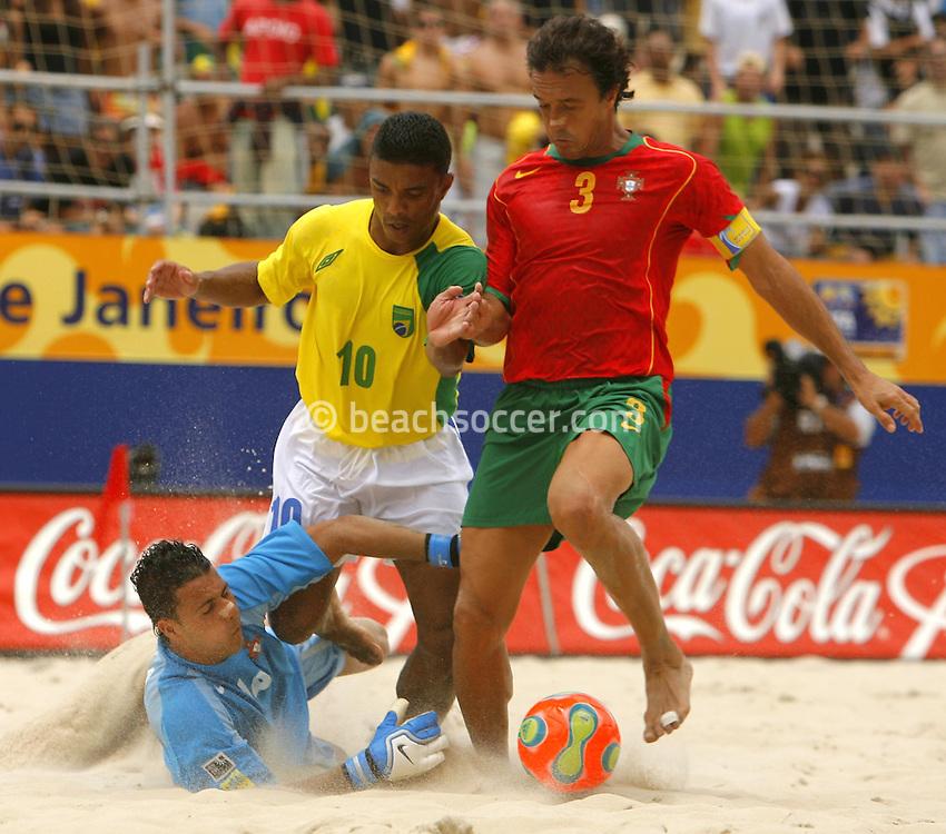 Football-FIFA Beach Soccer World Cup 2006 - Semi Finals, Brazil - Portugal, Beachsoccer World Cup 2006..Brasilian's Benjamin and Portugal's Hernani and Rodrigues.Rio de Janeiro - Brazil 11/11/2006. Mandatory credit: FIFA/ Manuel Queimadelos