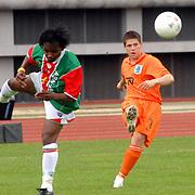 NLD/Amsterdam/20070526 - Suriprofs - Jong Oranje 2007, Tim Vincken in duel met Purrel Frankel