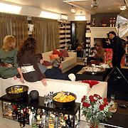 NLD/Eemnes/20061111 - Fotoshoot de Gouden Kooi, drank voor de deur, deelnemers worden gefotografeerd