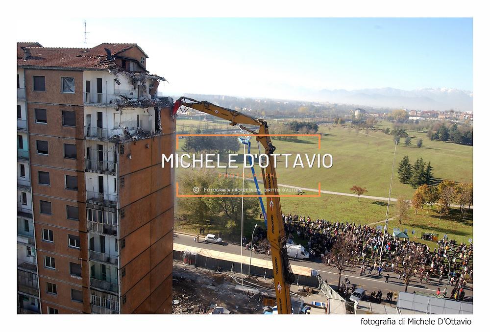 Progetto di riqualificazione di via Artom a Torino. Il palazzo di Via Fratelli Garrone  demolito con tecniche  tradizionali a partire dall''ottobre 2004.