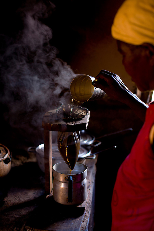 Diamantina_MG, Brasil...Dona de casa preparando cafe em Diamantina, Minas Gerais...A housewife preparing coffee in Diamantina, Minas Gerais...Foto: LEO DRUMOND / NITRO