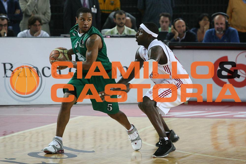 DESCRIZIONE : Roma Lega A1 2006-07 Playoff Semifinale Gara 2 Lottomatica Virtus Roma Montepaschi Siena <br /> GIOCATORE : Mc Intyre <br /> SQUADRA : Montepaschi Siena <br /> EVENTO : Campionato Lega A1 2006-2007 Playoff Semifinale Gara 2 <br /> GARA : Lottomatica Virtus Roma Montepaschi Siena <br /> DATA : 02/06/2007 <br /> CATEGORIA : Palleggio <br /> SPORT : Pallacanestro <br /> AUTORE : Agenzia Ciamillo-Castoria/G.Ciamillo