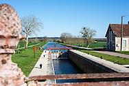 Une écluse sur le canal du Nivernais, Bourgogne, France.