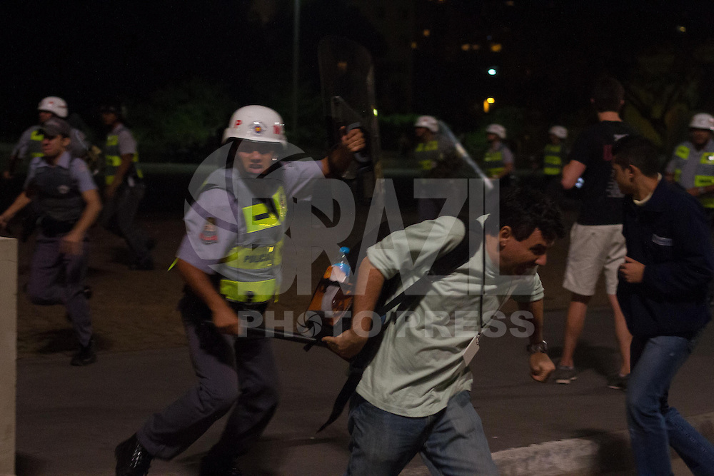SAO PAULO 13 DE JUNHO DE 2013  - Manifestantes participam de mais um dia de protesto contra o aumento da tarifa do transporte urbano, organizado pelo Movimento Passe Livre (MPL), nesta quinta-feira (13), no centro de São Paulo. O grupo pleiteia que o preço da passagem, em R$ 3,20 desde o dia 2, retorno para R$ 3,00 ou menos. (Foto: Amauri Nehn/Brazil Photo Press)