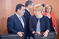 20 JUN 2018, BERLIN/GERMANY:<br /> Hubertus Heil (L), SPD, Bundesarbeitsminister, und Franziska Giffey (R), SPD, Bundesministerin fuer Familie, Senioren, Frauen und Jugend, im Gespraech, vor Beginn der Kabinettsitzung, Bundeskanzleramt<br /> IMAGE: 20180620-01-008<br /> KEYWORDS: Kabinett, Sitzung, Gespräch