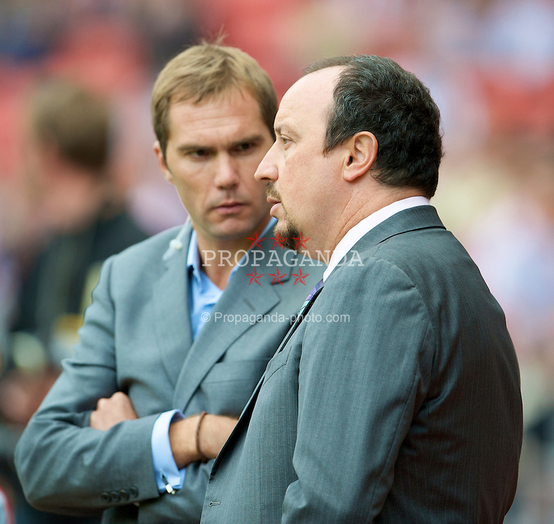 SUNDERLAND, ENGLAND - Saturday, August 16, 2008: Liverpool's manager Rafael Benitez chats with former player Jason McAteer before the opening Premiership match of the season against Sunderland at the Stadium of Light. (Photo by David Rawcliffe/Propaganda)
