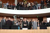 03 JUL 2003, BERLIN/GERMANY:<br /> Gerhard Schroeder (M), SPD, Bundeskanzler - heute als Zeuge geladen - , mit Fotografen und Kameraleuten, vor Beginn der Sitzung des 1. Untersuchungsausschusses wegen angebl. Wahlbetruges der Koalition, dem sog. Luegenausschuss, Paul-Loebe-Haus, Deutscher Bundestag<br /> IMAGE: 20030703-03-014<br /> KEYWORDS: Gerhard Schröder, Lügenausschuß, Ausschuß, Untersuchungsausschuß, Kamera, Camera, Fotojournalist, Journalist, photographer