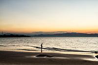 Silhueta de criança na Praia da Daniela ao anoitecer. Florianópolis, Santa Catarina, Brasil. / Silhouette of a child at Daniela Beach at dusk. Florianopolis, Santa Catarina, Brazil.