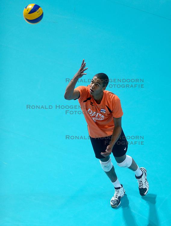 23-06-2013 VOLLEYBAL: WORLD LEAGUE NEDERLAND - PORTUGAL: APELDOORN <br /> Nederlnd wint de tweede wedstrijd tegen Portugal met 3-0 en neemt de leiding in poule C van de World League / Nimir Abdelaziz <br /> &copy;2013-FotoHoogendoorn.nl
