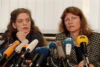 15.12.1998, Deutschland/Bonn:<br /> Antje Radcke, und Gunda Röstel, Sprecherinnen des Bundesvorstandes B90/Grüne,während einer Pressekonferenz zur konstituierenden Sitzung, Haus der Geschichte, Bonn <br /> IMAGE: 19981215-03/01-16<br /> KEYWORDS: Gunda Roestel, Mikrofon, microphone