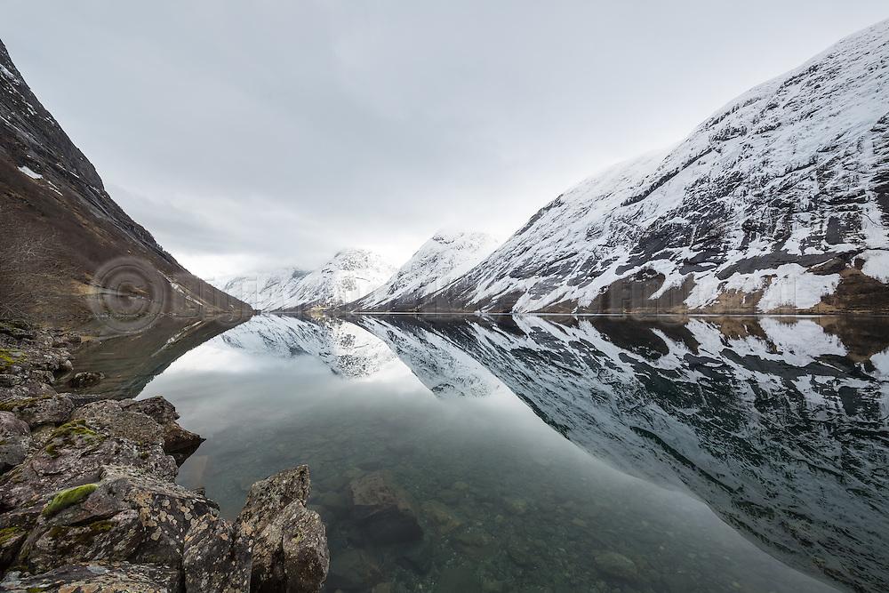 Norwegian fjord surrounded by snowy montains | Kjøsnesfjorden i Jølster kommune omringa av snødekte fjell.