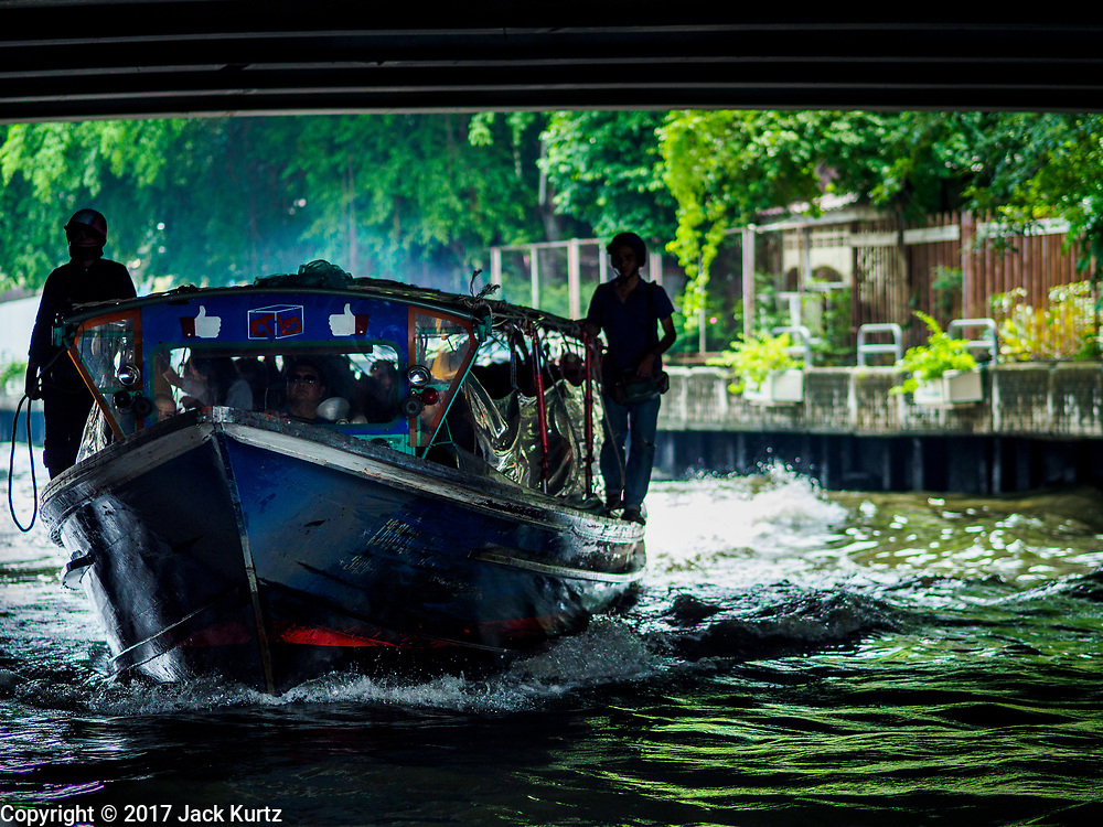 15 SEPTEMBER 2017 - BANGKOK, THAILAND: A Khlong Saen Saeb passenger boat approaches the Asok Pier, on Sukhumvit Soi 21. Tens of thousands of passengers ride the boat every day, commuting into Bangkok from the eastern suburbs.      PHOTO BY JACK KURTZ