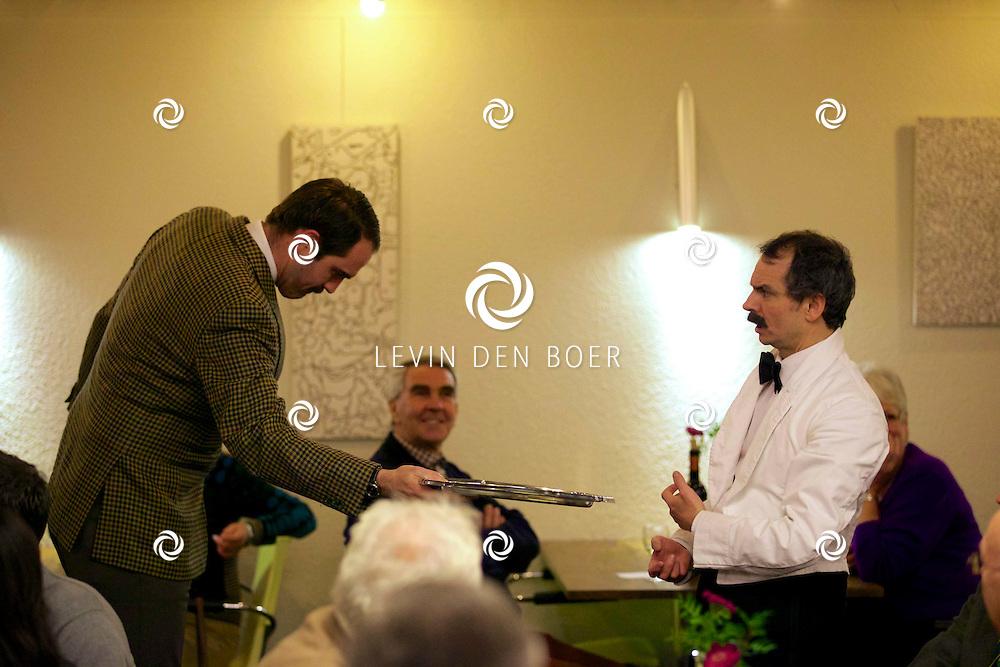 ETTEN-LEUR - In de schouwburg was een avondvullend programma door Faulty Towers The Dining Experience. Met hier op de foto  Robert Langston (Basil) en Leigh Kelly (Manuel). FOTO LEVIN DEN BOER - PERSFOTO.NU