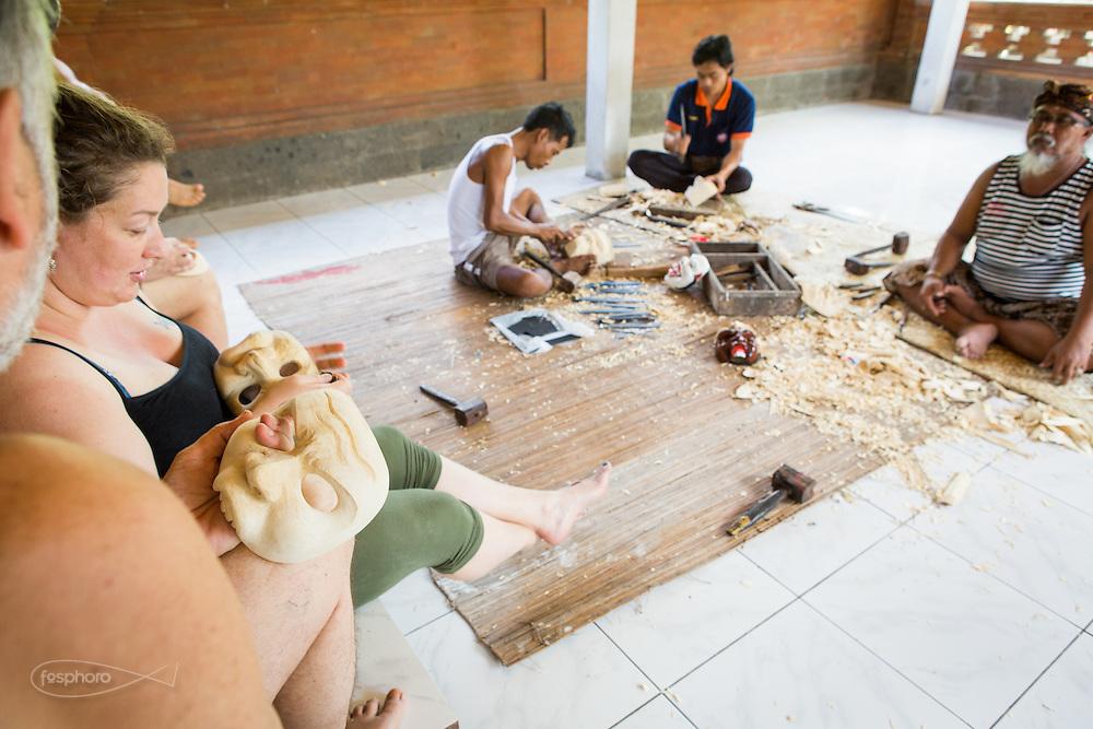 Dintorni di Ubud Bali 2015 - Lo scrittore Andrea Bocconi accompagna e partecipa con gli ospiti aspiranti mascherai al corso l'arte dell'intaglio. tenuto dal Maestro Pak Ida Bagus Alit.