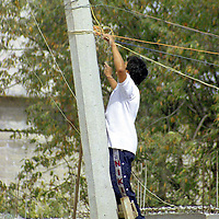 Toluca, Méx.- Aspecto cotidiano de las conexiones ilegales de luz en la colonia marginada de la Nueva Oxtotitlan. Agencia MVT / Mario Vázquez de la Torre.