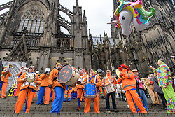 23.02.2017, Koeln, GER, Karneval, Weiberfastnacht, im Bild Hollaendische Musikgruppe am Dom // during Women's Night of Cologne Carnival 2017. Koeln, Germany on 2017/02/23. EXPA Pictures © 2017, PhotoCredit: EXPA/ Eibner-Pressefoto/ Schueler<br /> <br /> *****ATTENTION - OUT of GER*****