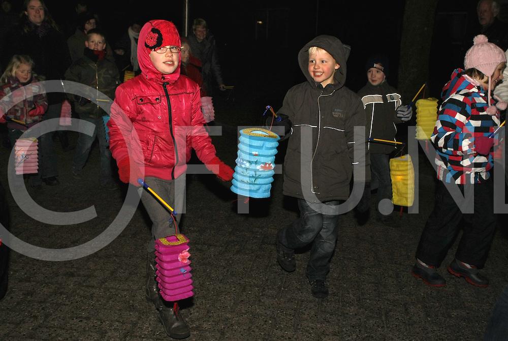 110129 Nieuwleusen ned..Lampionnenoptocht voor kinderen door Nieuwleusen..FFU Press Agency©2010Wilco van Driessen