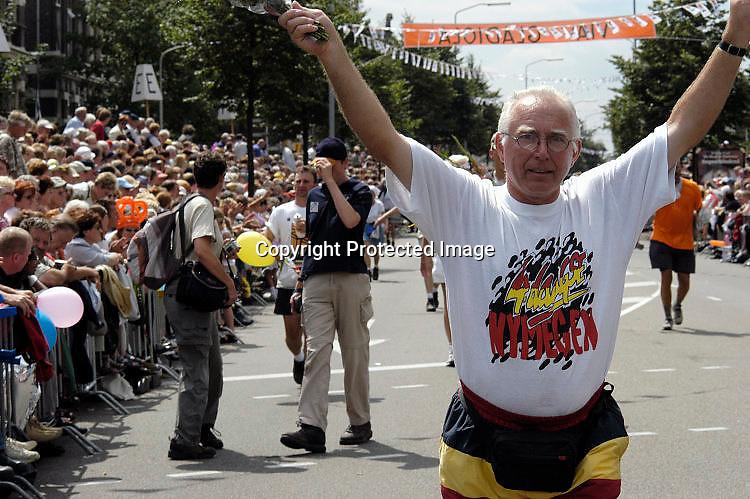 Nederland, Nijmegen, 18-7-2003<br /> Intocht van de vierdaagse, 4daagse, 4-daagse op de St. Annastraat, via Gladiola. Wandelsport, wandelen, lopen, wandelevenement.<br /> Foto: Flip Franssen/Hollandse Hoogte