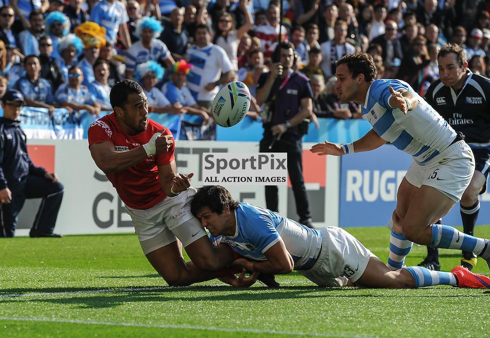 Telusa Veainu passes inside to Soane Tonga'uiha to sep up th second Tongan try (c) Simon Kimber | SportPix.org.uk