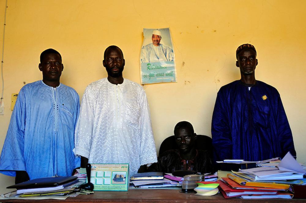 Moussa Sarambounou, maire du village, et ses conseilleurs..Koussane, Mali. 11/09/2010..Photo © J.B. Russell