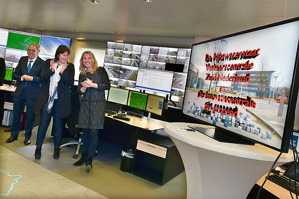 Nederland, Helmond, 25-3-2015Opening verkeerscentrale Zuid-Nederland en De Innovatiecentrale.Minister Schultz opent de nieuwe verkeerscentrale én De Innovatiecentrale van Rijkswaterstaat in Noord-Brabant. Tevens geeft ze het startsein voor de Automotive Week, die in het teken staat van nieuwe innovatieve mobiliteit. Met de Innovatiecentrale worden grote testen op de openbare weg met nieuwe slimme autotechnieken gefaciliteerd.FOTO: FLIP FRANSSEN/ HOLLANDSE HOOGTE