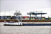 Nederland, Nijmegen, 25-11-2015Binnenvaartschepen, varen over de Waal bij Nijmegen. Foto: Flip Franssen/Hollandse Hoogte