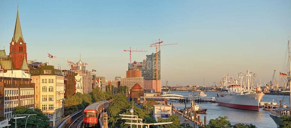 Am Hafen Hamburg mit Blick auf die Elbphilharmonie, Schwedische Kirche und U-Bahn