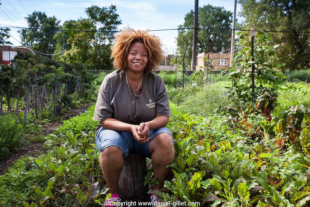 """Maria vivait dans sa camionnette après un séjour en prison quand Growing Home lui a proposé un travail. «Cela a été juste miraculeux pour moi ! Ils m'ont regardé pour ce que j'étais capable de faire et m'ont payé pour que je travaille sur moi-même. Je veux maintenant le faire connaître à plus de gens. Je suis une ex-criminel, je suis du ghetto.Growing Home m'a permis de me découvrir et d'avoir une vie productive.» Maria est désormais assistante de sensibilisationà Growing Home. // Maria was living in her truck after a stint in prison when Growing Home proposed her a job and formation.  """"It was just miraculous for me!  They regarded me for what I was capable to do and paid me to work on myself.  I now want to make it known to everyone.  I was an ex-criminal, I was from the Hood.  Growing Home allowed me to discover myself and lead a productive life. """"  Maria is now an outreach assistant at Growing Home."""
