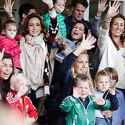 NLD/Amsterdam/20120604 - Vertrek Nederlands Elftal voor EK 2012, Bouchra van Persie en dochter Dina Layla