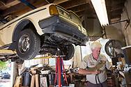 Dennis Dillon reparerar Carla Shetzlines Volvo 240. Tack vare att vägarna i Portland inte saltas skonas bilar från rostangrepp. <br /> Alamo Automotive i Portland, Oregon, USA.<br /> Foto: Christina Sjögren