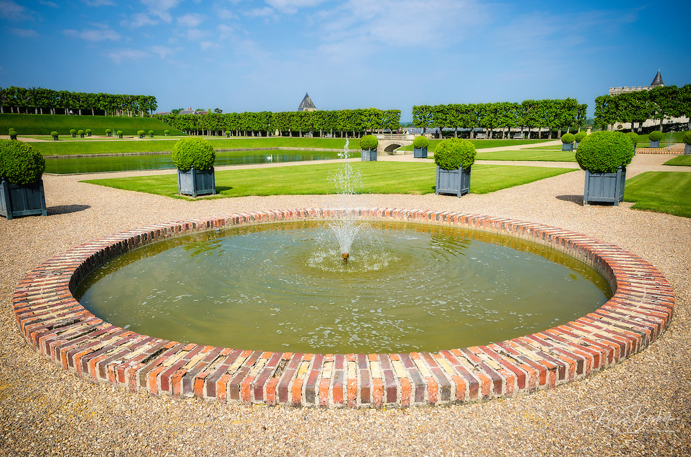 Fountain and pool, Chateau de Villandry, Villandry, Loire Valley, France
