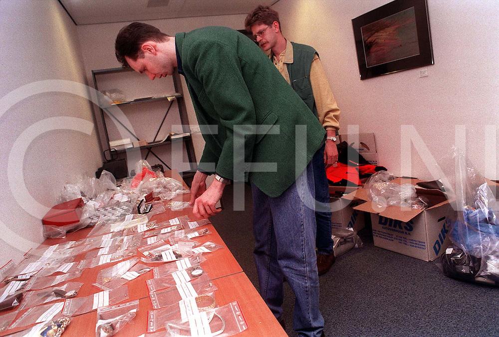hardenberg : rechercheurs onderzoeken en sorteren de gestolen goederen die op een inbrekersbende is buitgemaakt..foto frank uijlenbroek©1996