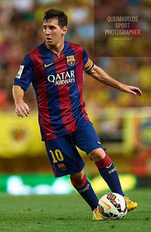 VILLARREAL, SPAIN - AUGUST 31:  Lionel Messi of Barcelona runs with the ball during the La Liga match between Villarreal CF and FC Barcelona at El Madrigal stadium on August 31, 2014 in Villarreal, Spain.  (Photo by Manuel Queimadelos Alonso/Getty Images)